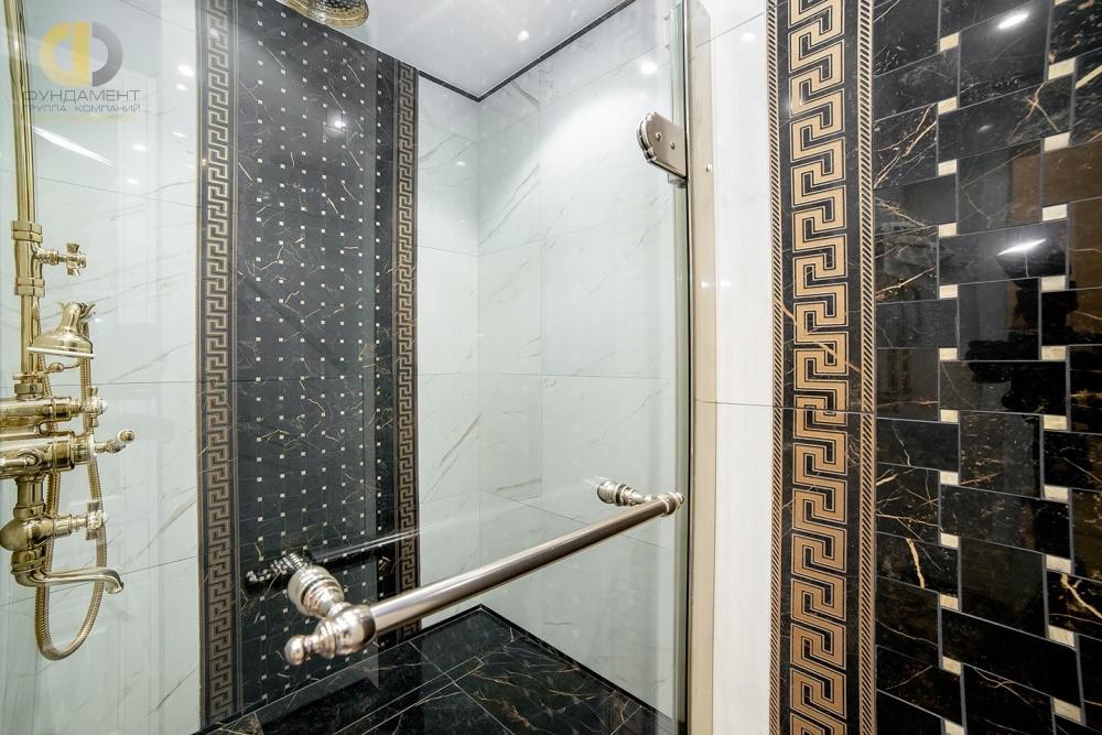 Модный дизайн интерьера ванной с отделкой мрамором
