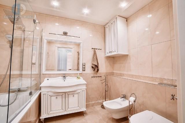 Интерьер светлой ванной комнаты в квартире на ул. Новочеремушкинской