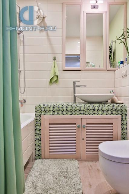 Интерьер ванной в бежево-зеленых тонах