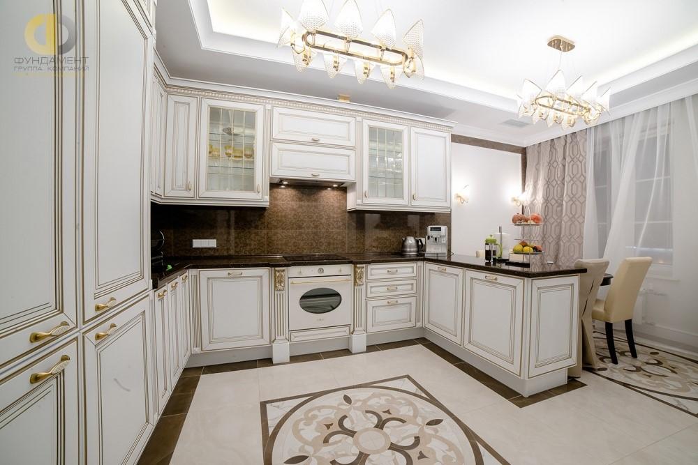 Светлая кухня в неоклассическом стиле после ремонта в квартире
