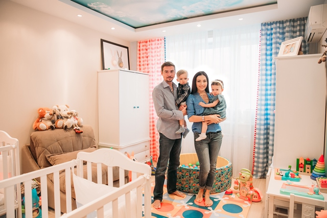 Денис, Ирина и их дети в детской комнате