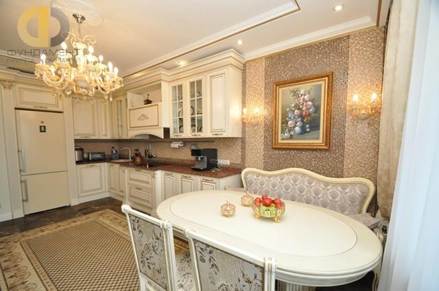 Кухня в классическом стиле с дизайнерским интерьером