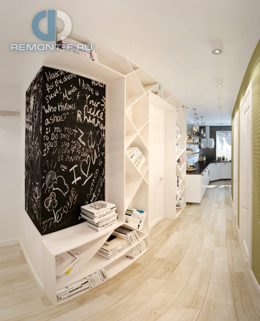 Дизайн коридора с оригинальными стеллажами