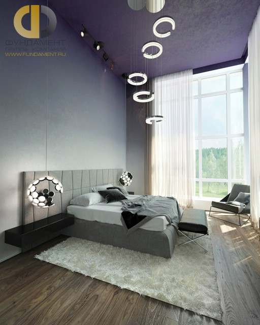 Современные идеи в дизайне спальни с фиолетовым потолком. Фото 2016
