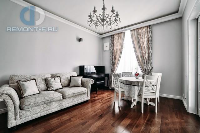 Дизайн гостиной в стиле неоклассика. Фото квартиры