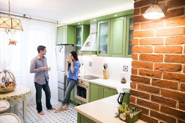 Денис Никифоров с женой на кухне