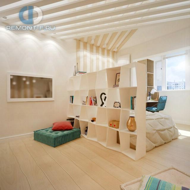 Интерьер гостиной со спальным местом и дизайнерским стеллажом