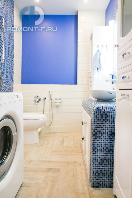 Интерьер ванной комнаты с голубыми акцентами