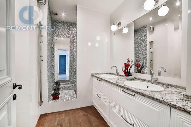 Интерьер светлой ванной комнаты в квартире на Ломоносовском проспекте