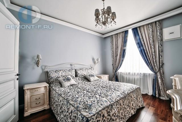 Дизайн голубой классической спальни в сталинском доме на Ломоносовском проспекте