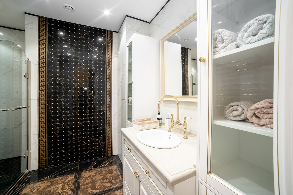 Интерьер ванной после ремонта в квартире в стиле неоклассика