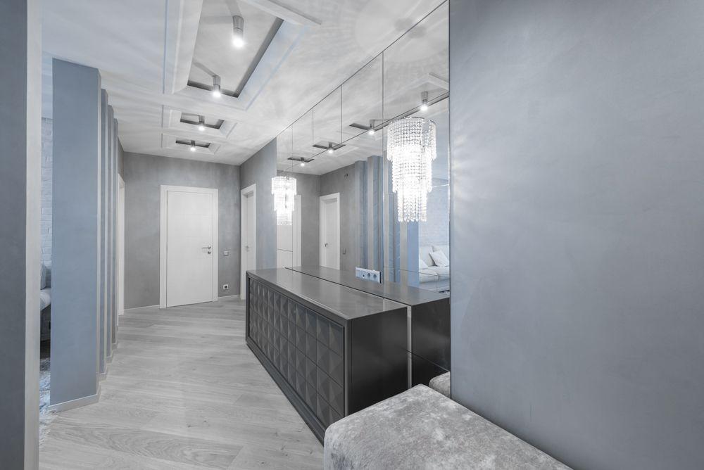Серо-голубой интерьер прихожей в квартире