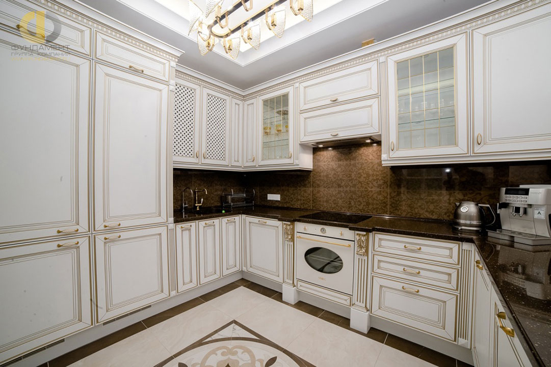 Кухня с патинированной дизайнерской мебелью
