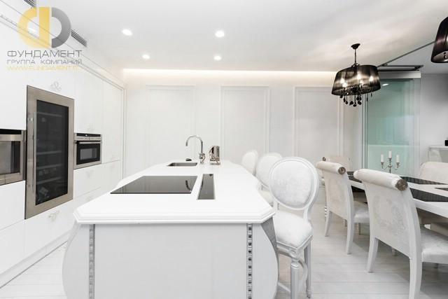 Студийное пространство кухни-столовой со встроенной бытовой техникой