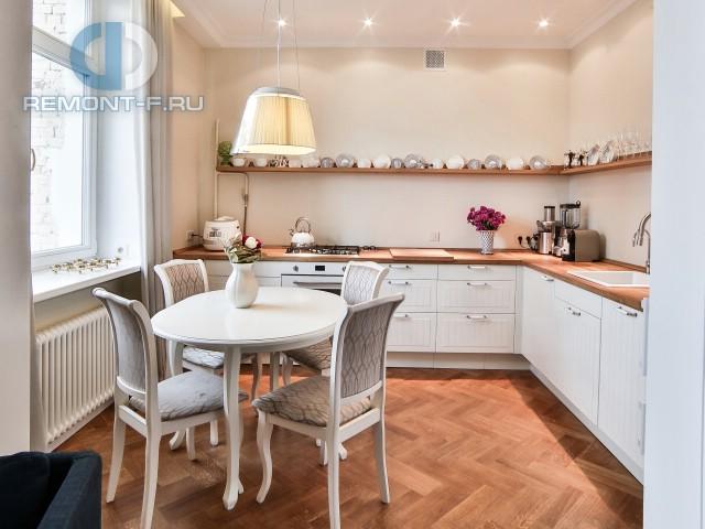 Интерьер маленькой кухни-столовой с полочками для декора