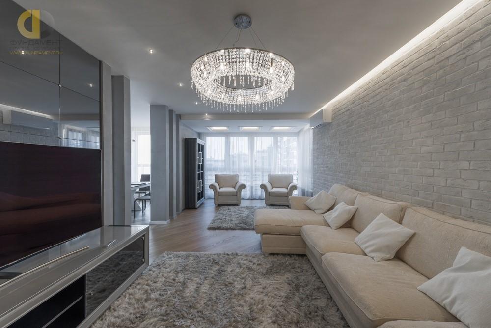 Красивый интерьер гостиной комнаты с эркером