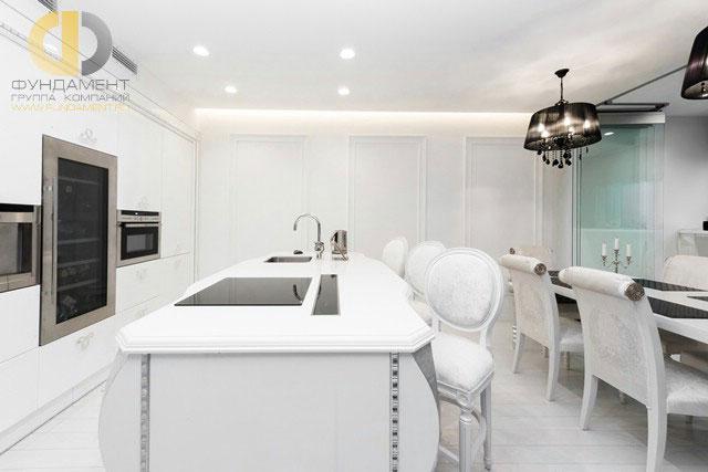 Стильная белая кухня с островом