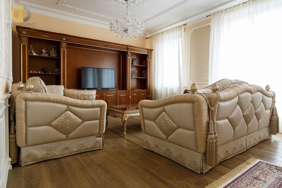 На фото: Классическая гостиная в бежевых тонах