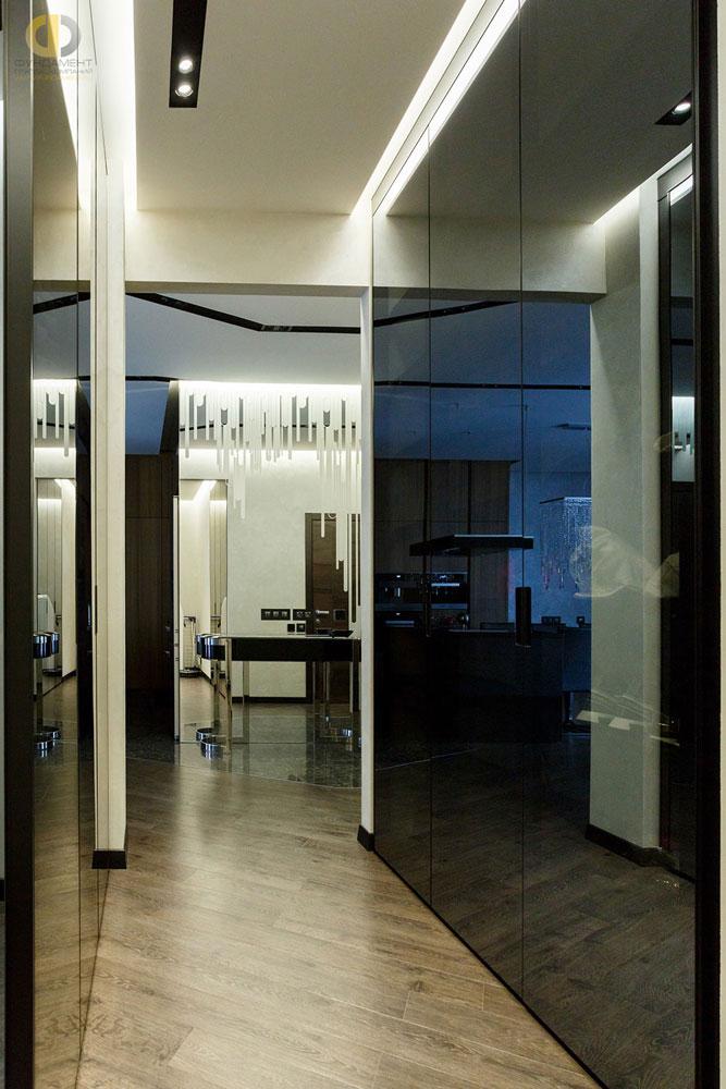 Интерьер коридора со встроенными шкафами