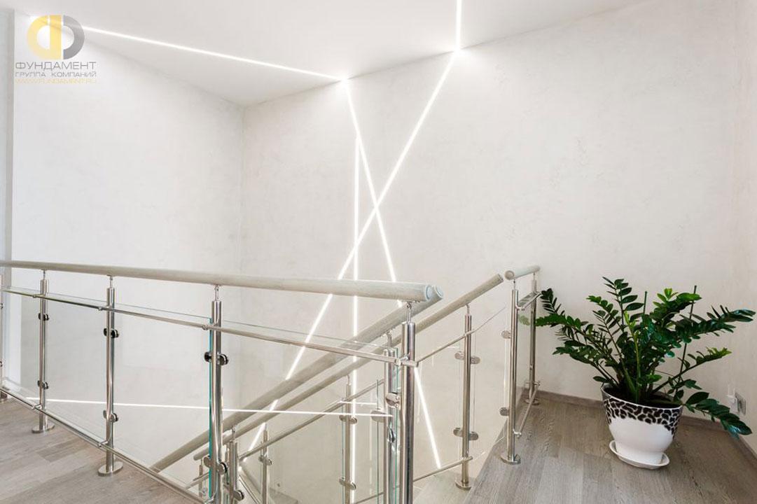 Лестница в современном стиле после окончания ремонта