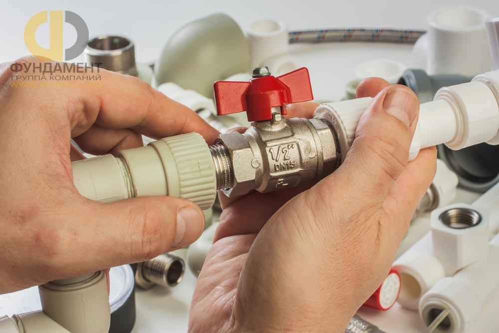 Работы по монтажу системы водоснабжения во время ремонта в новостройке