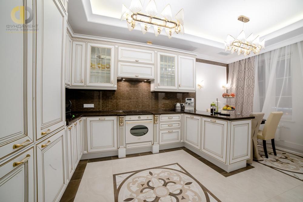 Кухня-столовая с классической мебель. и пилястрами в отделке