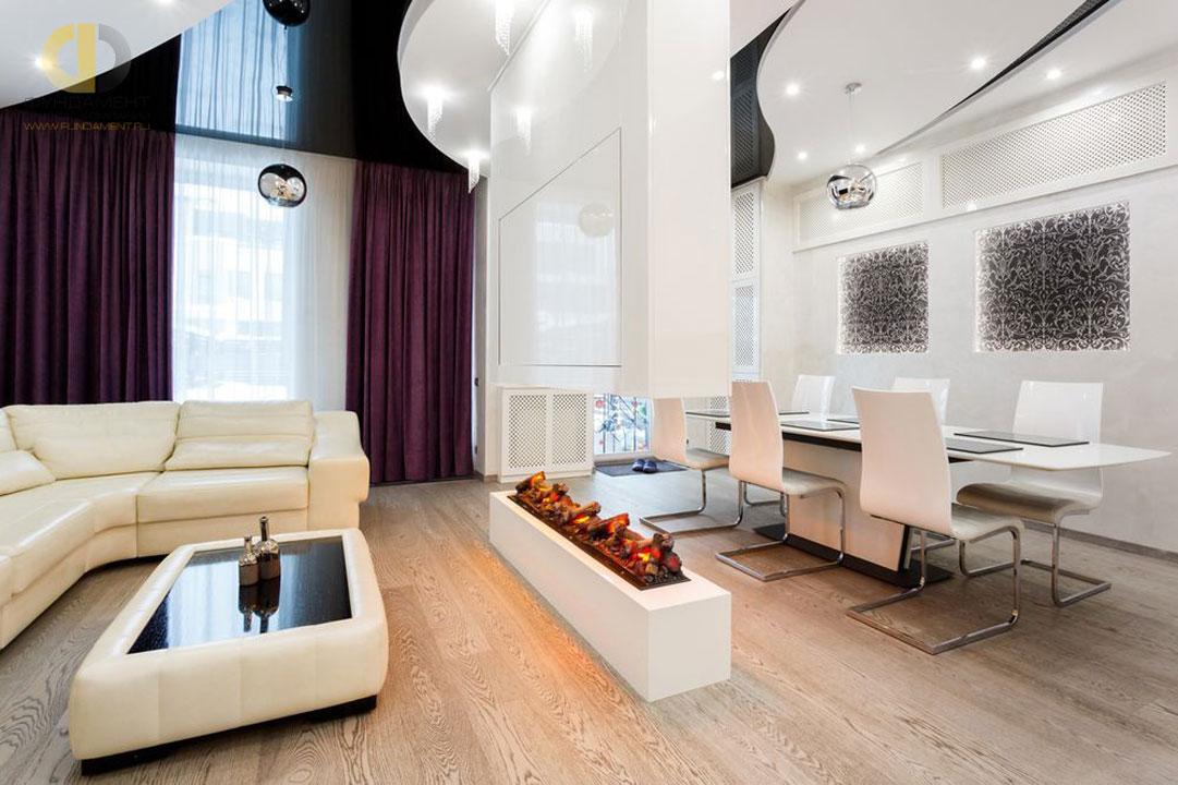 Интерьер гостиной-столовой квартиры в Химках с оригинальным сложным потолком