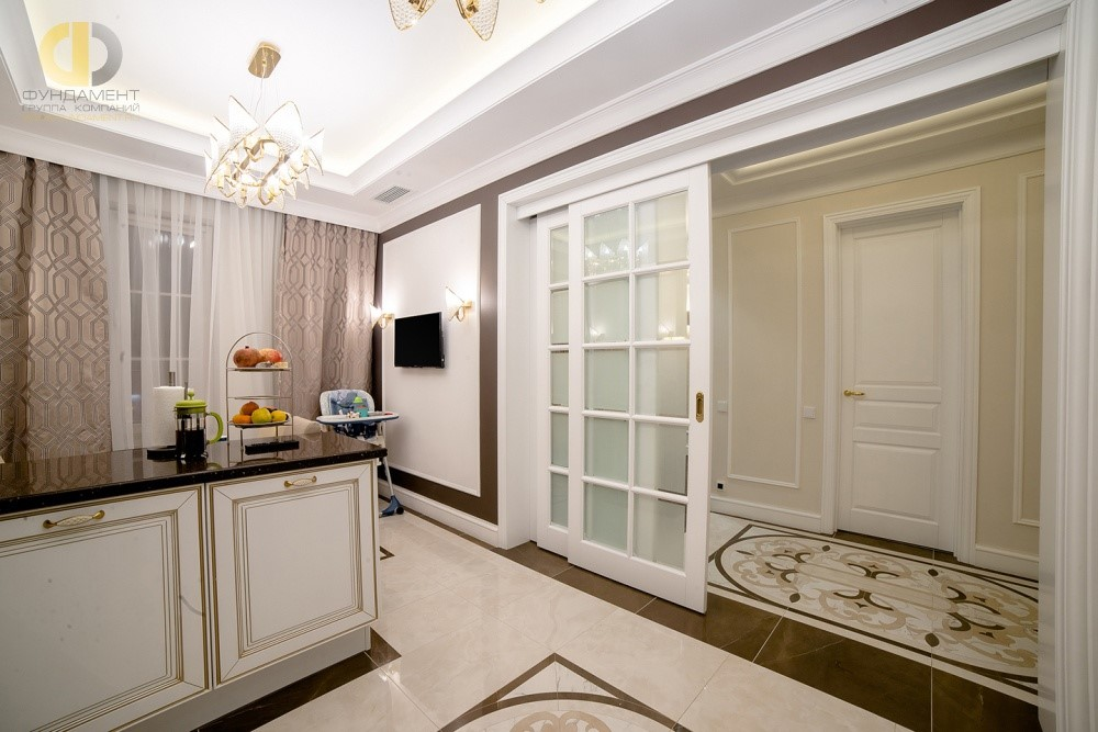 Интерьер кухни с раздвижными дверьми