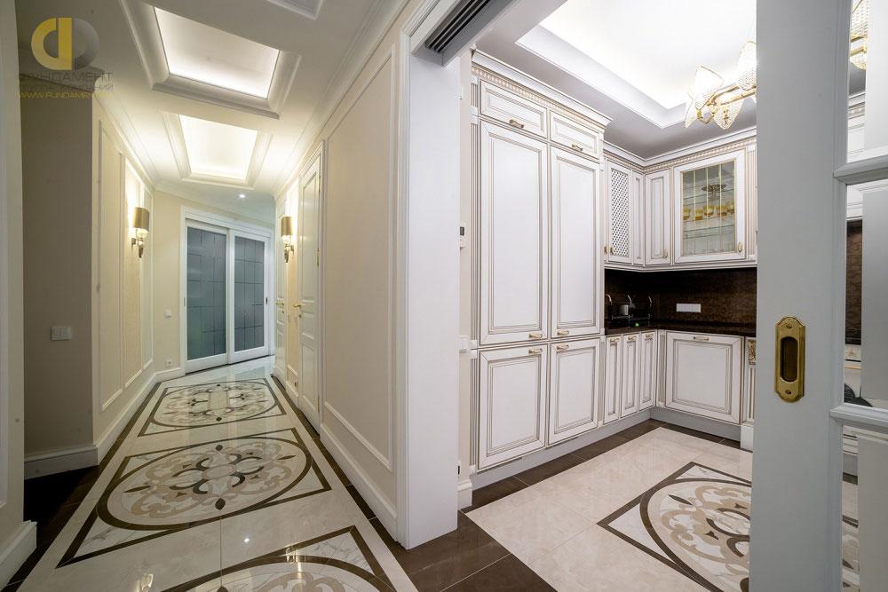Стильный интерьер коридора пятикомнатной квартиры в ЖК «Английский Квартал»