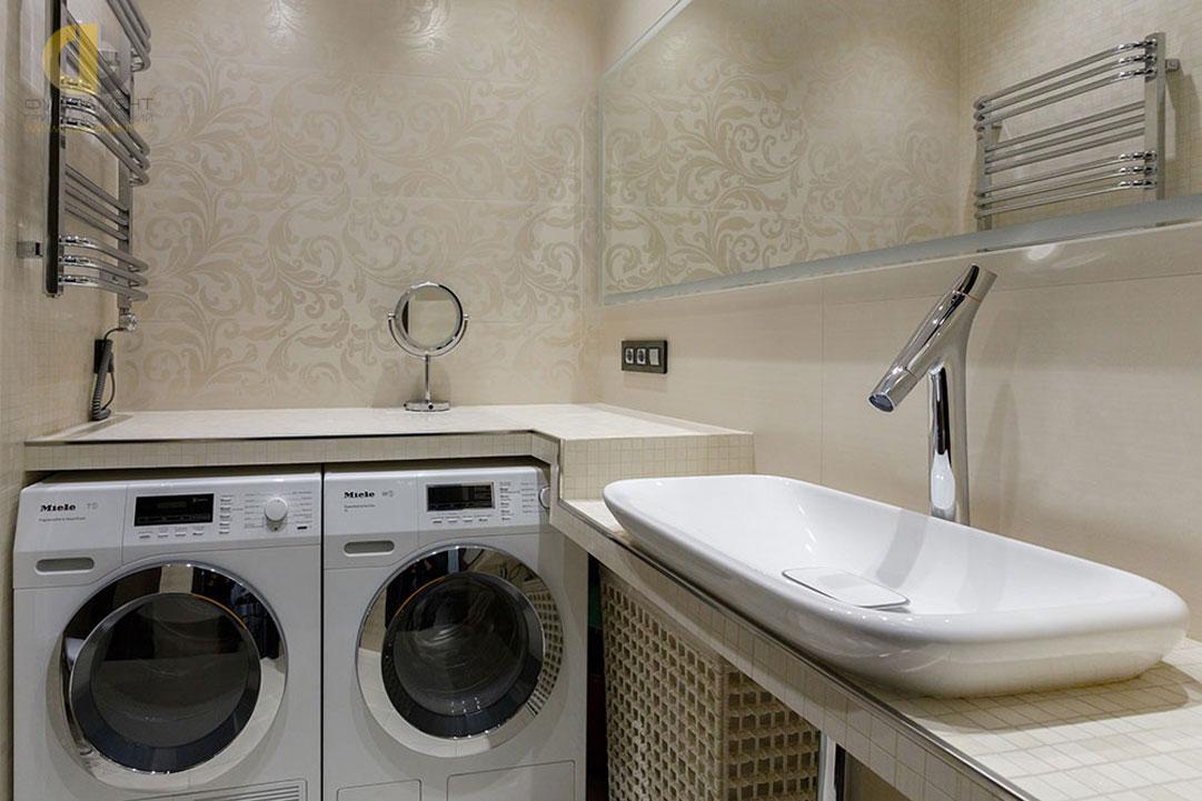Интерьер ванной комнаты в светлых тонах с современной сантехникой
