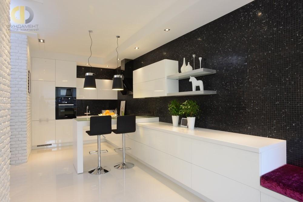 Дизайн пола на кухне белым керамогранитом