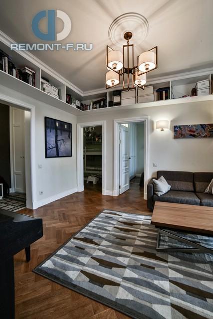 Интерьер гостиной в стиле контемпорари с системой хранения под потолком – квартира в Малом Тишинском переулке