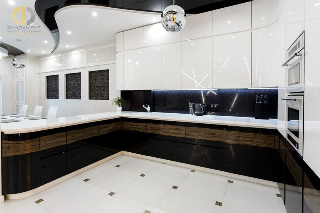 Кухня в черно-белой гамме после ремонта под ключ