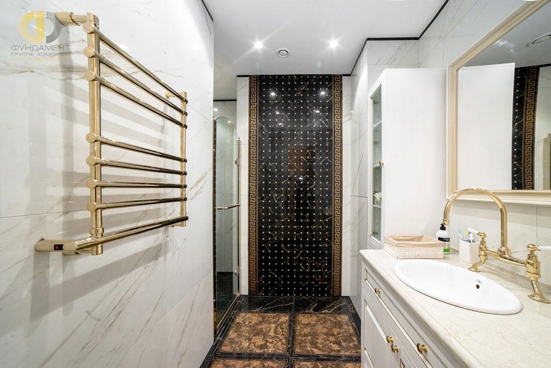 Интерьер ванной комнаты с плиткой Versace