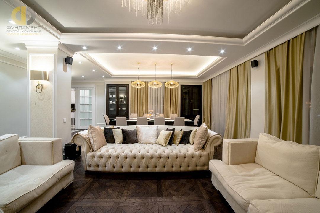 Интерьер неоклассической гостиной с двухуровневым потолком