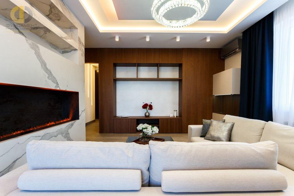 Интерьер гостиной с отделкой мрамором