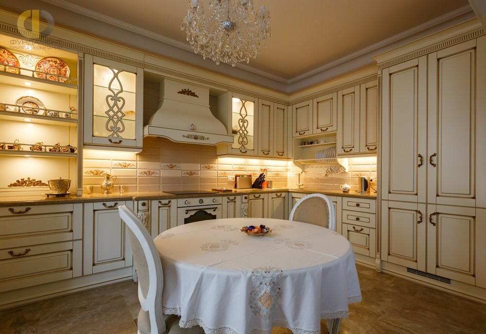 Интерьер кухни с оригинальной декоративной подсветкой – квартира в Химках