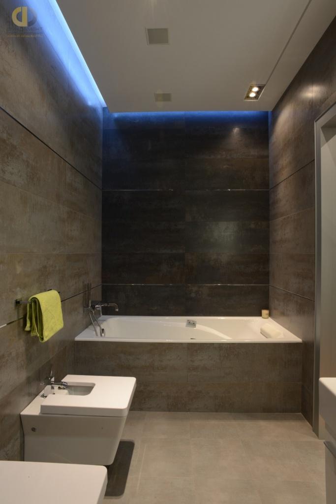 Интерьер ванной комнаты в стиле лофт с подвесным потолком
