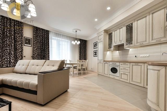 Кухня-гостиная с разными напольными покрытиями