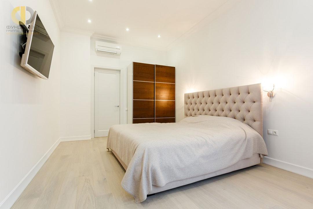Интерьер спальни в квартире в стиле неоклассика. Реальное фото 2018
