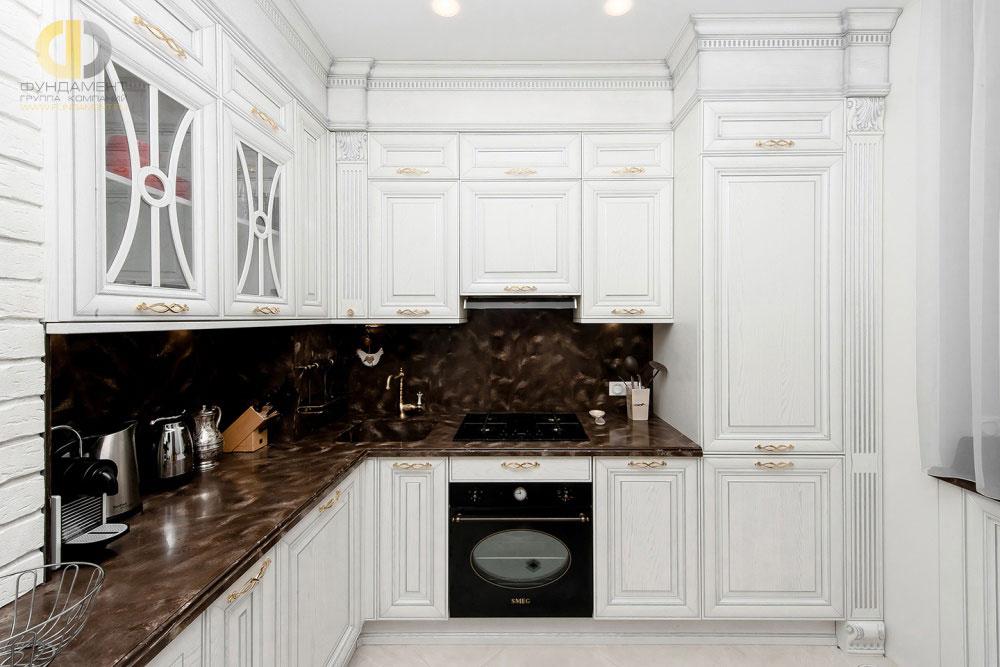 Красивый кухонный гарнитур в неоклассическом стиле