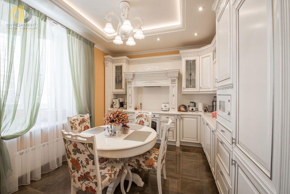 Дизайн классической кухни с белой мебелью в квартире на ул. Столетова