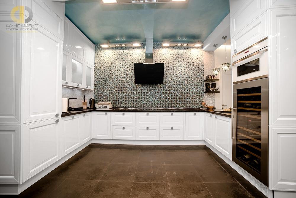 Современная кухня П-образной планировки с бирюзовыми акцентами
