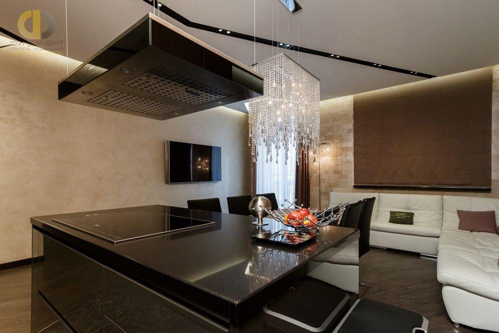 Кухня-гостиная, декорированная светлой венецианской штукатуркой