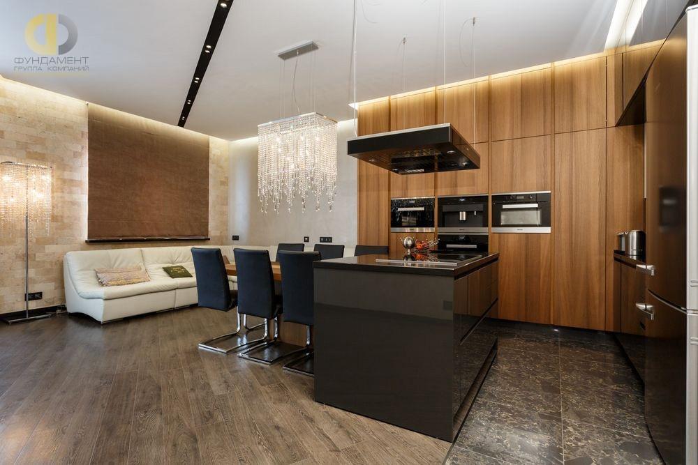 Дизайн интерьера кухни-гостиной с отделкой стен камнем