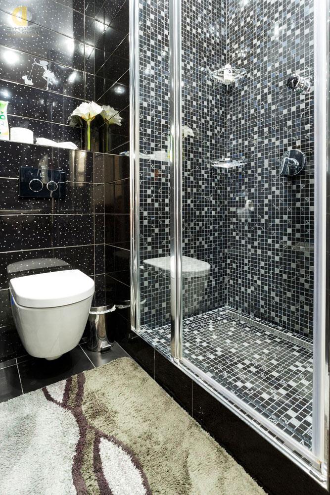 Интерьер ванной комнаты с мозаичной отделкой после ремонта